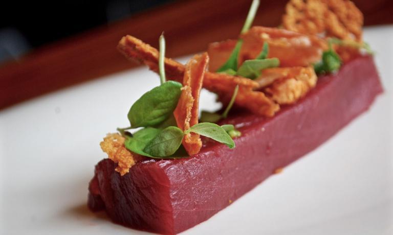 Ritorno al Futuro (tonno, taleggio, goya & lemon cress): un piatto di Sukyas che abbina pesce e formaggio