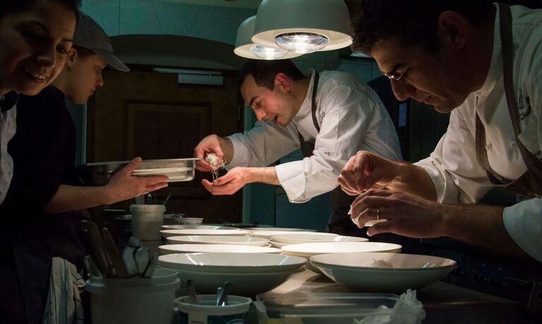 Al lavoro in Trentino, nella cucina di Alessandro Bellingeri