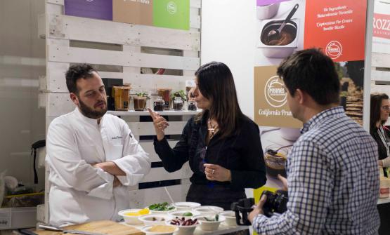 Lo chef Andrea Valentinettiallo stand del Consorzio Prugne della California, a Identità Milano 2017