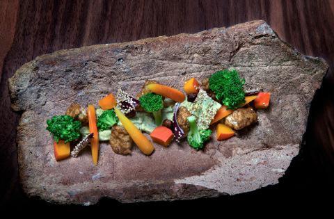 In questa ricetta del cuoco vegano Simone Salvini si accosta un tofu realizzato con un latte di soia alle nocciole a delle verdure arrostite euna crema di verza ealloro