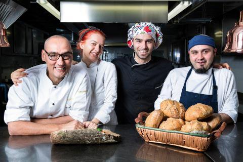 Simone Salvini, a sinistra, con la squadra del ristorante di Macerata Lord Bio,Federica, Luca e Mauro