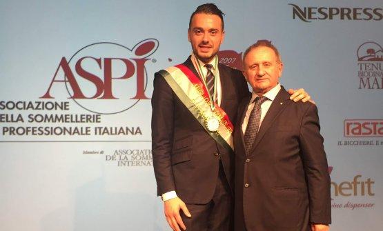Il vincitore - qui al fianco diGiuseppe Vaccarini, presidente diAspi-è toscano, 33 anni, sommelier al Four Seasons Hotel George V di Parigi