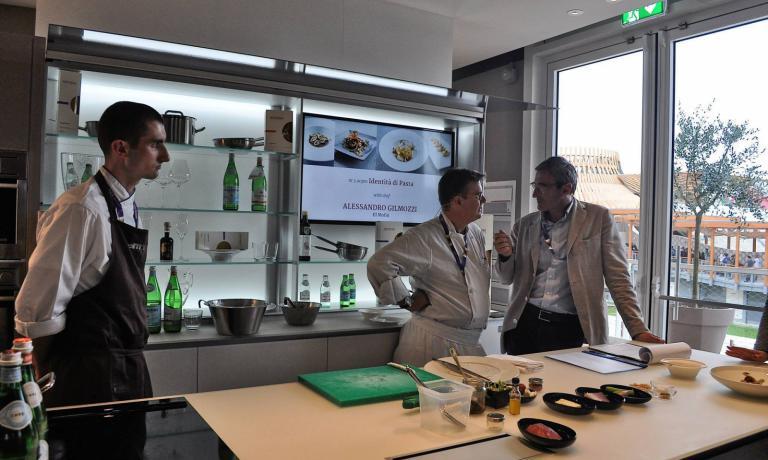 Alessandro Gilmozzi e Riccardo Felicetti prima di una lezione di Identità di Pasta nella cucina Valcucine