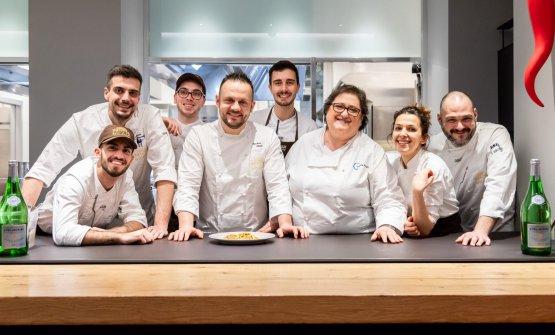 Foto di gruppo con la squadra di cucina dell'Hub
