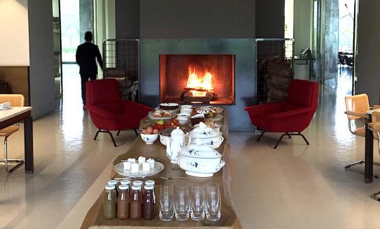 Un dettaglio dello spazio che fino a mezzogiorno accoglie la prima colazione nel resort e spa di Antonello Colonna a Labico. Il 27 aprile pioveva tanto da suggerire di accendere il fuoco nel camino creando così un'atmosfera molto coccola
