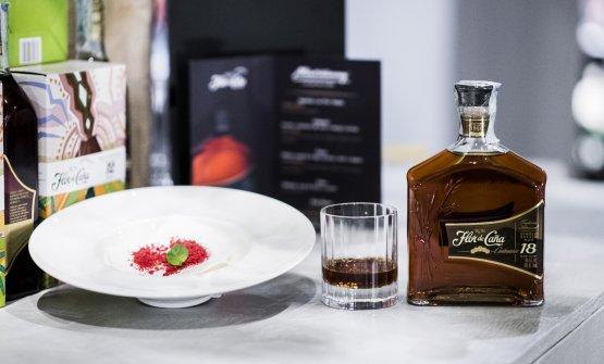 Flor de Caña18 anni servito con il classico dessert diSpazio Milanoa base di meringa, panna e frutti di bosco