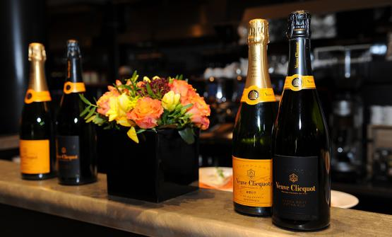 Lo champagne Extra Brut Extra Old assieme allo Yellow Label, vino simbolo di Veuve Clicquot nel mondo