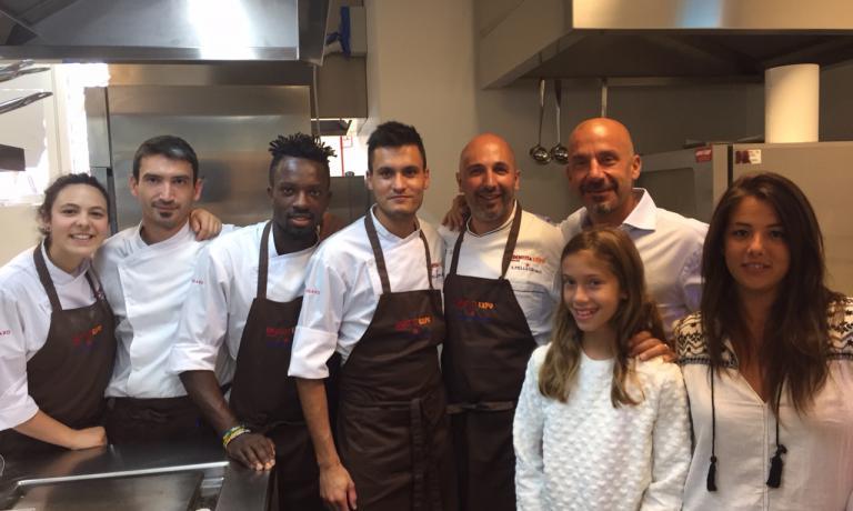Gianluca Vialli con prole ieri nella cucina di Identit� Expo. Al suo fianco Andrea Ribaldone e la brigata