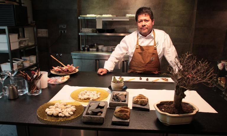 Victor Gutierrez è nato nell'Amazzonia peruviana nel 1969, dal 1992 vive a Salamanca, dove ha conquistato 12 anni dopo una stella Michelin con il ristorante che porta il suo nome (tel.+34.923.262973)