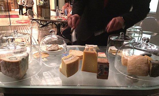 Lo straordinario carrello dei formaggi curato da Pascal Tinari a Villa Maiella a Guardiagrele (Chieti)