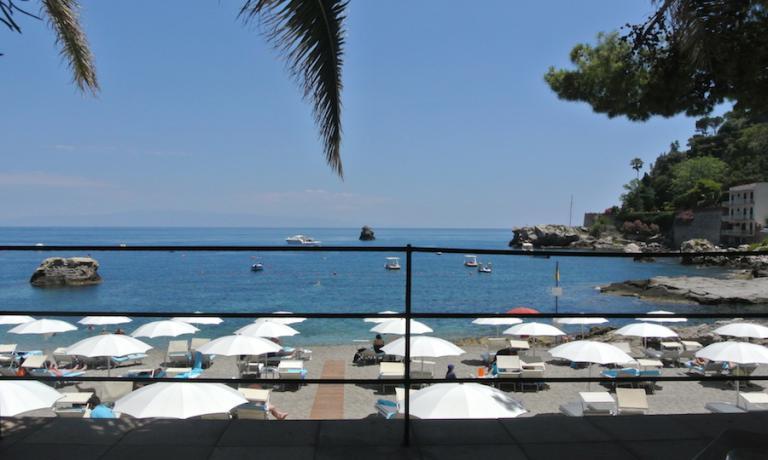Ombrelloni, spiaggia e mare nella cala di Mazzarò sulla quale si affaccia il Villa Sant'Andrea