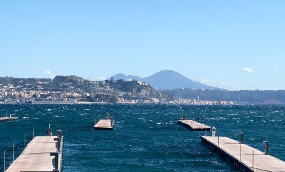 Molo Baia, col Vesuvio all'orizzonte