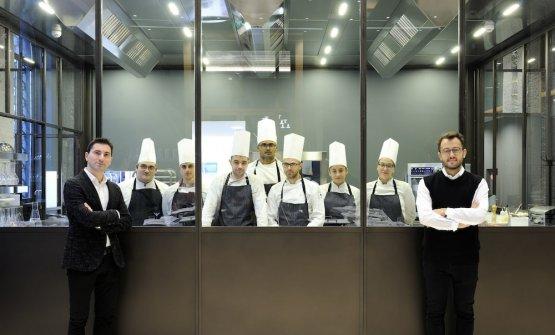Fabio Pisani e Alessandro Negrini con la brigata di VOCE, il nuovo ristorante appena aperto a Milano in piazza della Scala (fotoPaoloTerzi)