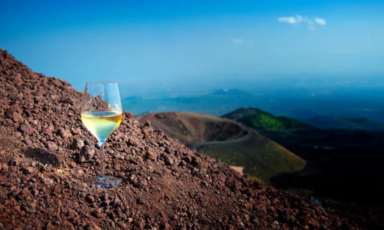 In Italia dal 2012 esiste l'associazione Volcanic Wines, che riunisce dodici consorzi nostrani. Ma anche nel resto d'Europa sono diverse le realtà vitivinicole esaltate da questo terreno così caratteristico