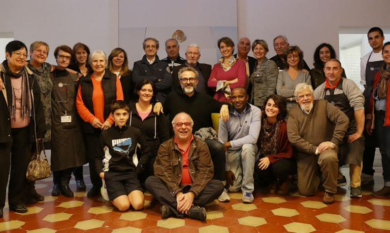 Foto di gruppo con alcunivolontari italiani del progetto Refettorio