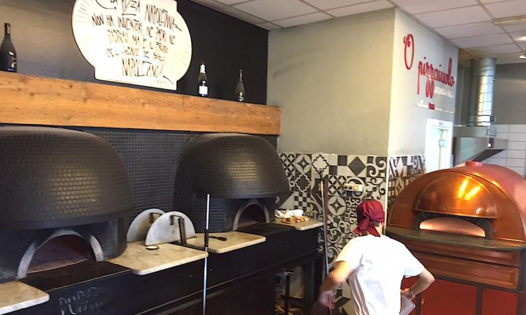 Martedì 26 gennaio 2016 a Napoli, lo spazio pizzeria di Guglielmo Vuolo all'interno di Eccellenze Campane ha ospitato un confronto tra pizze cotte in forni ben diversi tra loro. I due a sinistra, entrambi neri, sono quelli classici a legna, a destra invece un forno elettrico, chiamato Scugnizzonapoletano, che offre le stesse prestazioni di quello tradizionale pur essendo aperto sul davanti