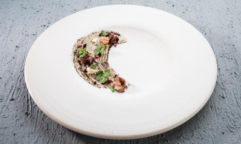 Segnali di Identità, il piatto presentato a Identità Estreme da Roberto Flore del Nordic Food Lab di Copenhagen. Oltre al suo profilo squisito, il piatto intende lanciare un messaggio di salvaguardia dei nostri preziosi ecosistemi, boschivi e non (foto Brambilla/Serrani)
