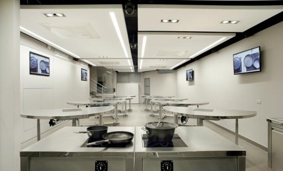 Il luogodove si svolgono le lezioni, con le postazioni ad alto tasso tecnologico del ConviviumLab - Arte del Convivio di corso Magenta 46 a Milano