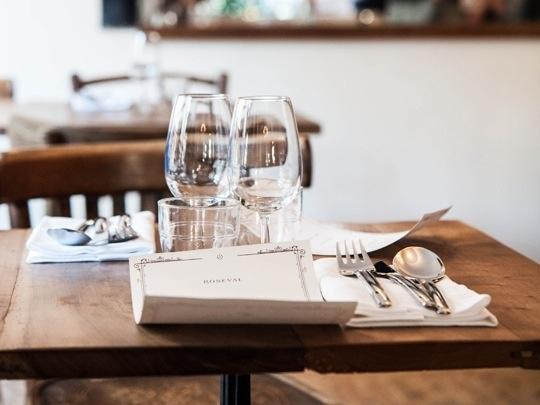 La sala del Roseval può accogliere al massimo 30 coperti, molto vicini tra loro. Il menu prevede 6 portate a 45 euro. Le bottiglie sono spesso condivise tra i vari tavoli