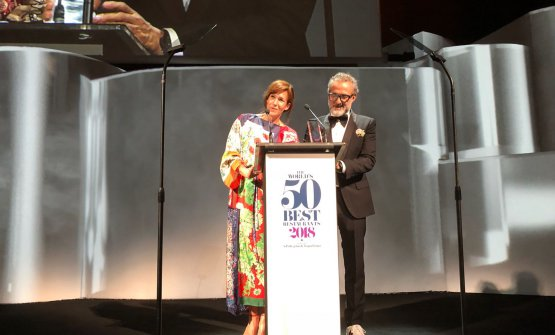 Massimo Bottura sul palco con la moglie Lara Gilmore: dopo il 2016, torna al primo posto della classifica delWorld's 50Best,sponsorizzata da S.Pellegrino e Acqua Panna