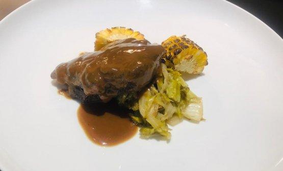 Guancetta di manzo, pannocchia grigliata e cicoria selvatica