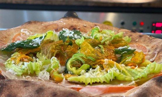 Lardo, pomodoro e fiori di zucca: la pizza della r