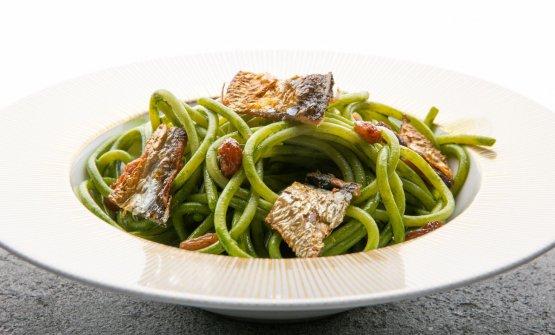 Spaghetti, sedano, missoltini e uvetta all'anice: Paolo Lopriore porta al Nord la pasta con le sarde siciliana