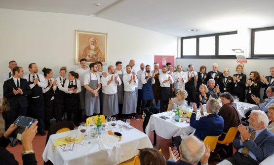 Foto di gruppo per gli chef,i sommelier (FISAR Federazione Italiana SommelierMONZA E BRIANZA) e i responsabili del servizio di sala (EUROPARTY), protagonisti nel pranzo di domenica 29 ottobre all'Opera San Francesco