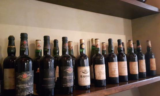 La batteria di vini di Sella & Mosca, più di 30 etichette da uve autoctone e internazionali