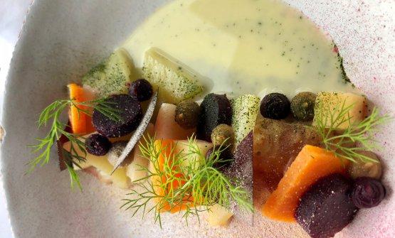 Root vegetables Il piatto d'apertura di Neolokal è vegetariano e reca il tempo delle stagioni, ma anche dei cambiamenti climatici, quasi un'ossessione per il cuoco. Sono tutte verdure con radici, cotte separatamente ma con la stessa preparazione, chiamata Zeytinyagli, cioè saltati nell'olio extravergine d'oliva. Nel nostro caso erano mela cotogna, sedano rapa, zucca, carota nera, bietola. Il sapore prevalente di oliva viene dalla emulsione aggiunta alla fine, al tavolo: sono gli scarti del frutto dell'olivo rimasti in padella.In pratica, è la Zuppa etrusca di Aimo Moroni in versione turca. Le materie prime sono il frutto di un lavoro instancabile del cuoco con 54 delegazioni di Slow Food locali, piuttosto attive