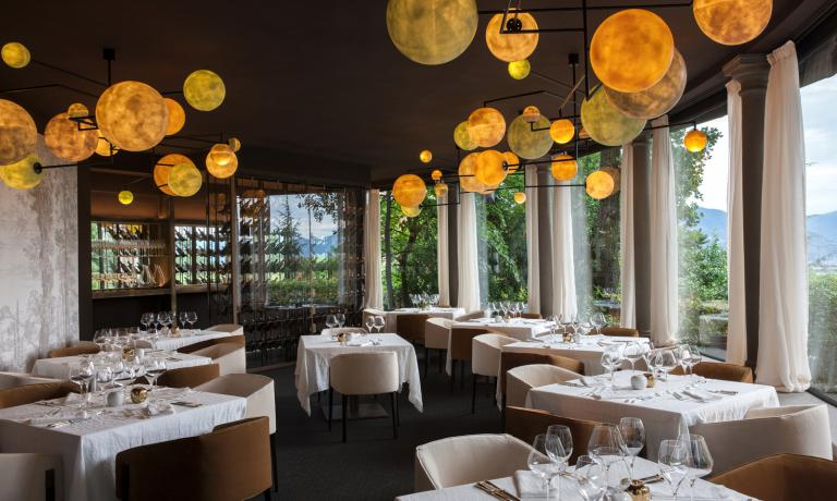 La sala del ristorante gastronomico de L'Albereta, Leonefelice