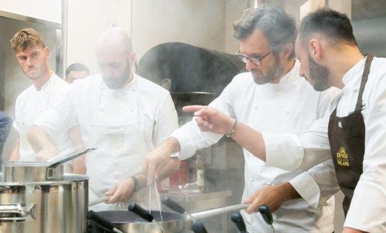...e in cucina con il resident chef Alessandro Rinaldi, a destra