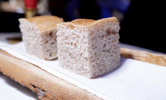 Subito una bella teoria di lievitati. Questa è una focaccia alla farina di carruba, poi grissini con farina di guscio di noce amazzonicasacha inchi, crackers con le spezie della pucia (il pane della tradizione locale)...