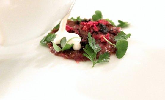 Tartare di pecora Brogna, infuso cremoso di erbe di prato e frutti rossi
