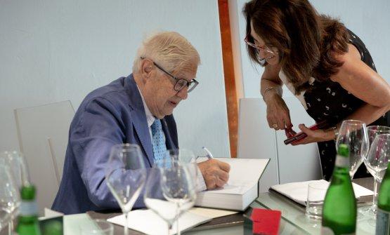 Campiverdi autografa il libro