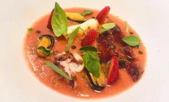 Gazpacho, fragole fermentate, calamaro arrosto, cozze e guanciale croccante