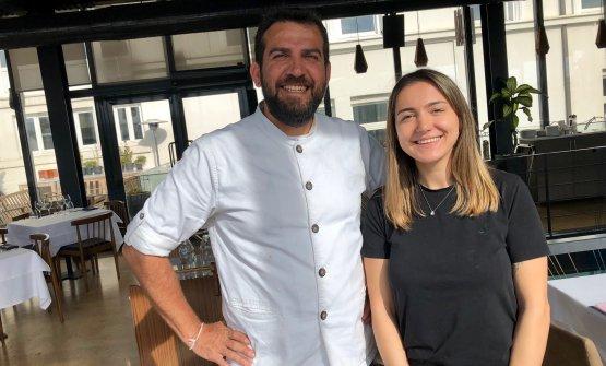 """Con Kardelen Soyalp, impegnata con Askar nella ricerca e sviluppo di Neolokal. Nella squadra di Maksut lavorano solo turchi. """"Ognuno ha il diritto di fare errori"""", spiega il cuoco, """"ci nutriamo tutti delle nostre imperfezioni"""""""