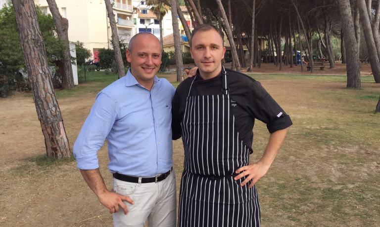 Il sommelier Giancarlo Marena e il cuoco Alfonso Crescenzo nella pineta del Praia Resort