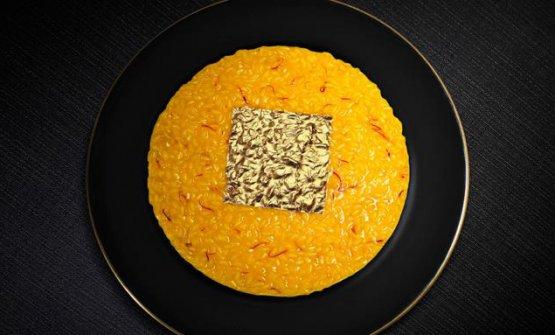 Risotto oro e zafferano. Ha sconvolto i canoni del risotto tradizionale, disponendo in superficie una foglia d'oro commestibile
