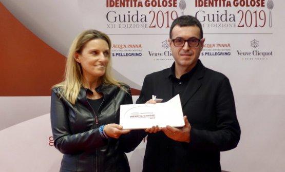 Ricard Camarenariceve il premio dalle mani di Sara Peironedi Lavazza