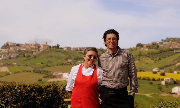Patrizia Corradetti insieme a uno dei suoi figli, Marcello Zenobi, che con gli anni � diventato il titolare del ristorante Zenobi (telefono +39.0861.70581). Anche le altre due figlie di Patrizia, Sandra e Cristina, sono direttamente coinvolte nella gestione della struttura familiare
