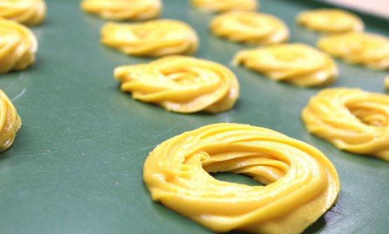Ci sono varie ipotesi sull'invenzione di questo dolce, riferita sia alle suore di San Gregorio Armeno sia a quelle della Croce di Lucca, sia a quelle dello Splendore, sempre comunque a Napoli. La prima ricetta scritta risale al 1837, nel trattato di cucina napoletana di Ippolito Cavalcanti