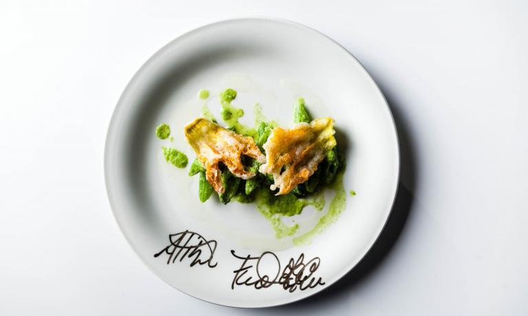 Zucchina a scarto zero - di Franco Aliberti - il gambo della zucchina si trasforma in penne per un insolito primo. (Foto Eugenio Luti - The CooKing Show di RAI3)