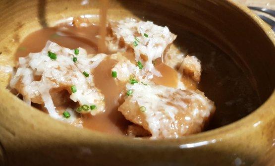Zuppa di cipolle, con pane imbevuto e gratinato con groviera, crumble di pane e noci.Brodo setoso,contrasto di dolcezzetracipolla e formaggio salato. Consistenze diverse. Un bel10!