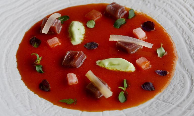 Una zuppa fresca, saporita, colorata. In una parol