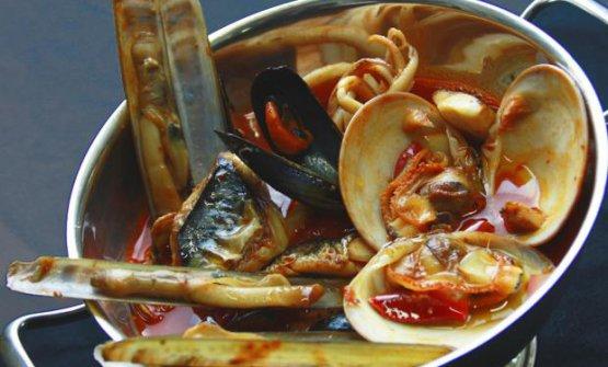 Una tradizionale zuppa di pesce, tutto mischiato, sapori e cotture. A vent'anni Carlo Cracco rimase colpito dall'eleganza e dalla pulizia della zuppa di pesce proposta da Gualtiero Marchesi nel suo ristorante a Milano