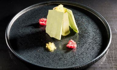 Bosco verticale al piatto, una ricetta di Paolo Brunelli che prevede l'incontro tragelato di cetriolo e mascarpone con uova di salmerino