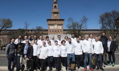 Foto di gruppo all'ombra del Castello Sforzesco di Milano per tutti i cuochi che hanno preso parte ieri mattina alla conferenza di presentazione di Identità Expo. Abbiamo chiesto a ognuno di loro: Quale Expo sogni? (foto e fotogallery di Brambilla/Serrani)