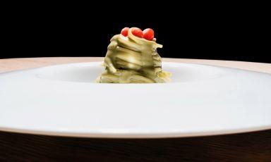 Uno dei nuovi piatti proposti da Caterina Ceraudo al Dattilo di Strongoli, in Calabria. ÈCapellino d'ostrica e bacche di goji. Tutte le foto sono diBrambilla Serrani