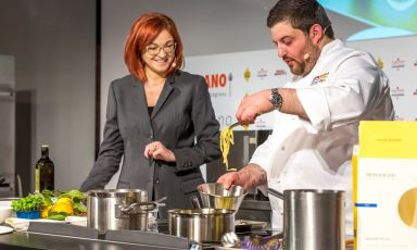 Cristoforo Trapani sul palco di Identità di Pasta con Eleonora Cozzella: lo chef campano, ma di stanza in Versilia, è un grande appassionato di pasta a cui hadedicato un intero menu degustazione. Dall'antipasto al dessert